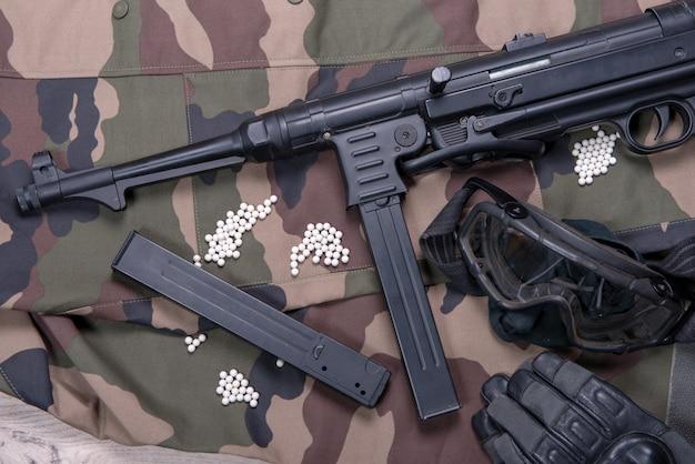 Pistolet pneumatyczny z okularami ochronnymi i dużą ilością kul