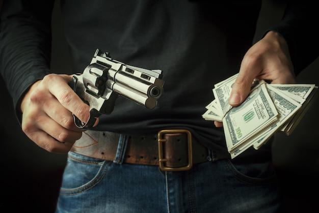Pistolet w rękach.