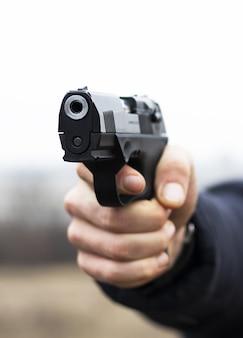 Pistolet w ręku z bliska