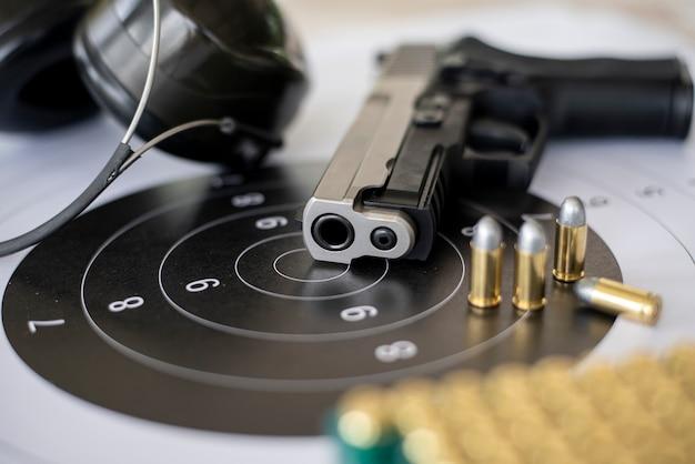 Pistolety z amunicją na papierowym strzelaniu do celu