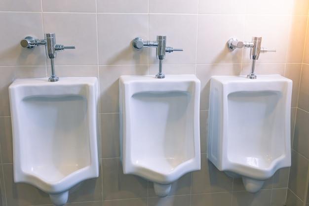 Pisuary dla mężczyzn w męskiej łazience