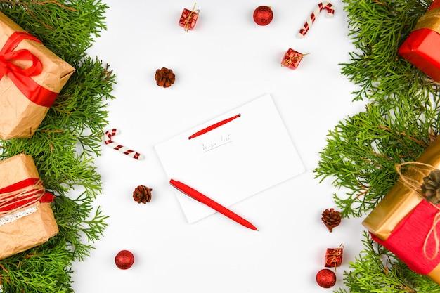 Pisze swoje plany na przyszły rok. zadanie na następny rok. twoje marzenia i plany. za spełnienie jego marzeń. sylwester.