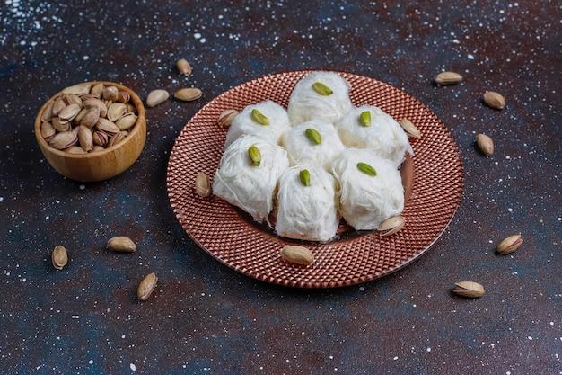 Piszmanie z chałwy tureckiej, deser z waty cukrowej.