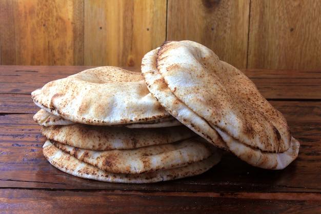 Pita chleb odizolowywający na nieociosanym drewnianym stole