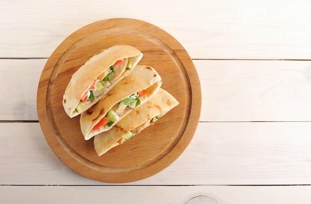 Pita flatbread wypełniona piersią kurczaka, warzywami i sosem