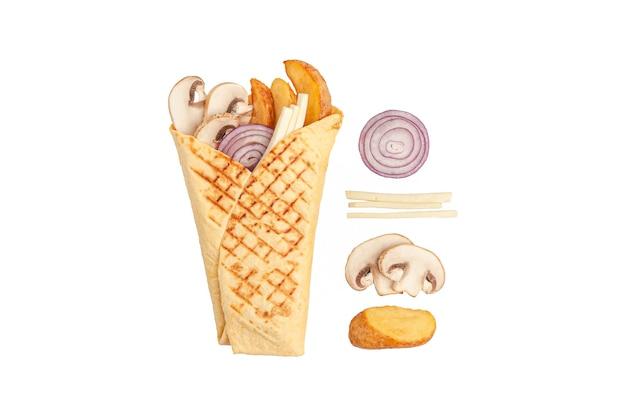 Pita gyros i składniki. zawiera: pieczone ziemniaki, grzyby, marynowaną cebulę, mozzarellę. białe tło. odosobniony.