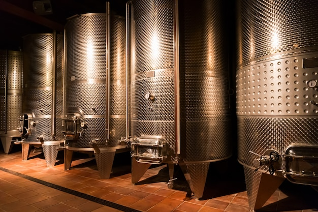 Piwnica z nowoczesnymi beczkami na wino