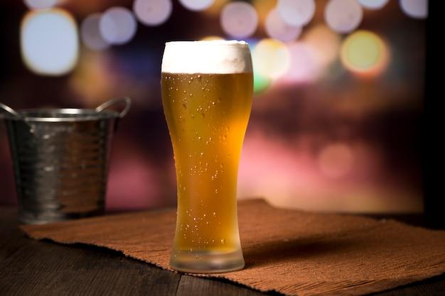 Piwny szkło przed zamazanym tłem