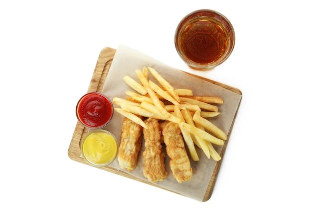 Piwo i deska ze smażoną rybą z frytkami i sosami na białym tle