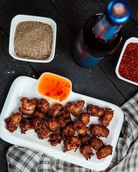 Piwo i pieczone mięso ze słodkim sosem chili