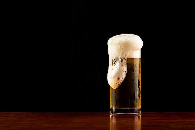 [piwo] kufel piwa na ciemnym tle, zestaw szklanek lekkiego piwa frosty.