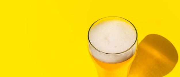 Piwo. lekkie piwo cold craft w szklance z kroplami wody. kufel piwa. koncepcja oktoberfest.
