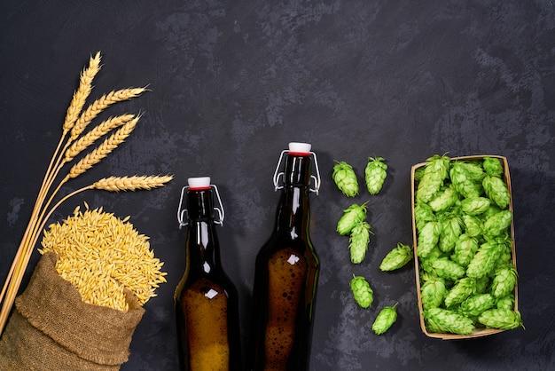 Piwo rzemieślnicze ze świeżą zielenią chmielu. widok z góry