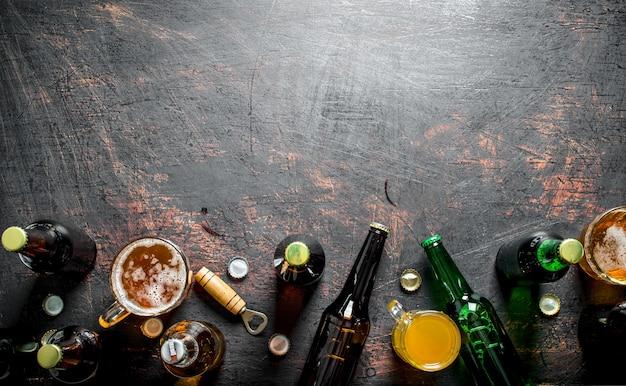 Piwo w butelkach i szklankach. na tle rustykalnym