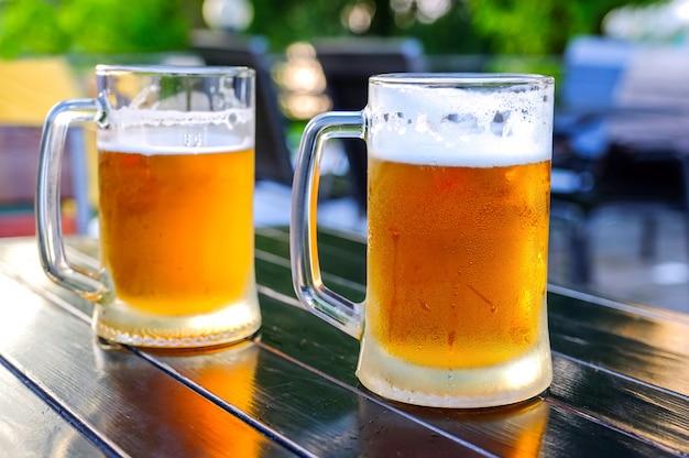Piwo w szklanym szklanym szkle, pęcherzyki wznoszą się.