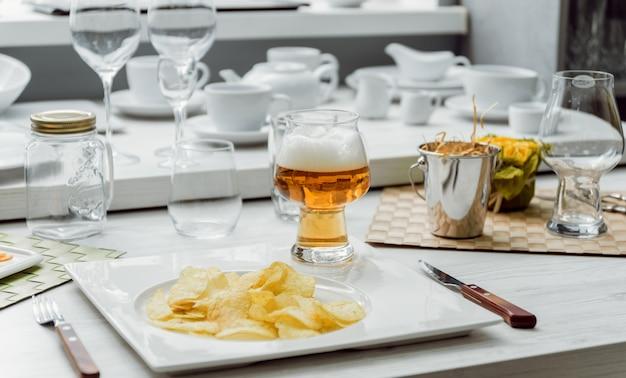 Piwo z frytkami na dużym białym stole