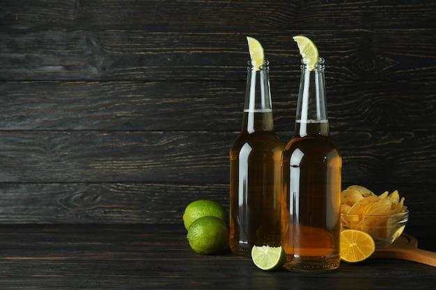 Piwo z limonką i frytkami na drewnianym tle