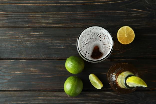 Piwo z limonką na drewnianym tle