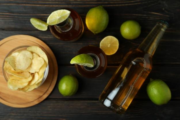 Piwo z wapnem i frytkami na drewnianym