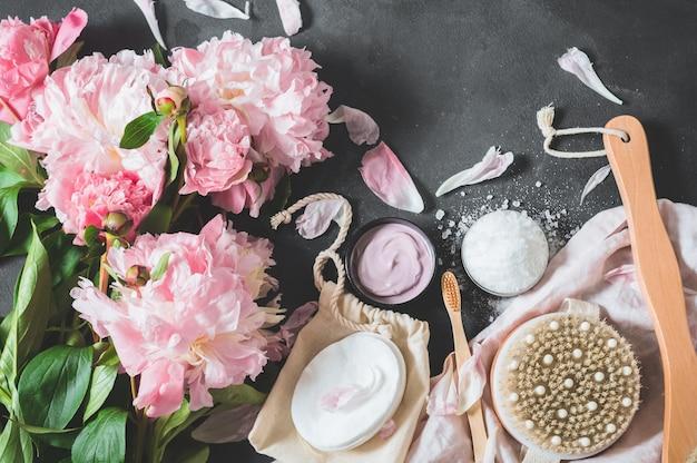 Piwonie i kosmetyki na stole