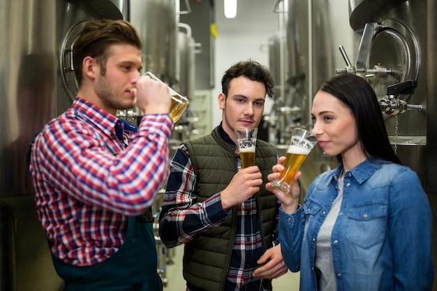 Piwowarstwo testuje piwo w fabryce browaru