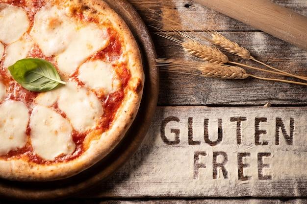 Pizza bezglutenowa na rustykalnym drewnianym tle, zbliżenie