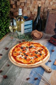 Pizza capricciosa z oliwkami z grzybów pepperoni