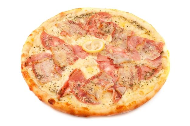 Pizza carbonara. z parmezanem, mozzarellą, boczkiem, szynką, oregano i cytryną. białe tło. odosobniony. zbliżenie.