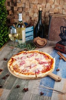 Pizza carbonara z wołowym tartym parmezanem