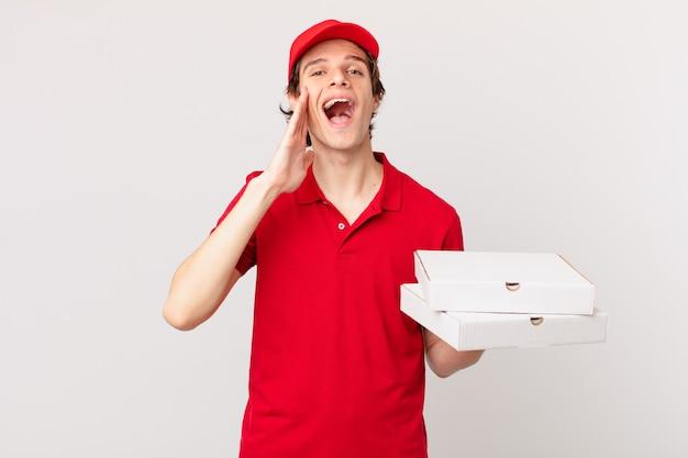 Pizza dostarcza człowieka, który czuje się szczęśliwy, wydając wielki okrzyk z rękami przy ustach