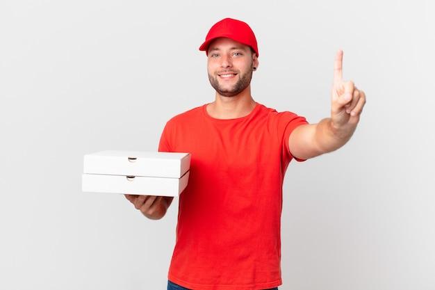 Pizza dostarcza człowieka uśmiechniętego i wyglądającego przyjaźnie, pokazując numer jeden?