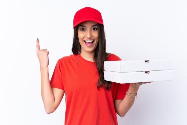 Pizza dostawa kobieta trzyma pizzę na pojedyncze białe ściany, wskazując na świetny pomysł