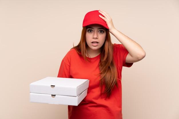 Pizza dostawa nastolatek dziewczyna trzyma pizzę z niespodzianką wyraz twarzy
