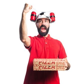 Pizza dostawy człowiek robi gest zwycięstwa