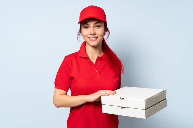 Pizza dostawy kobieta trzyma pizzę na białym tle śmieje się