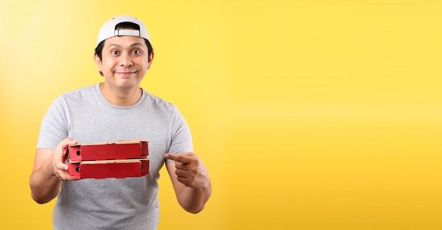 Pizza dostawy szczęśliwy uśmiech azjatycki mężczyzna, odosobniony