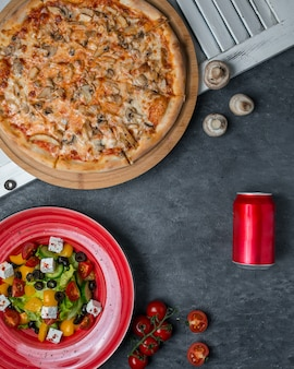 Pizza grzybowa z sałatką z mieszanki warzyw.