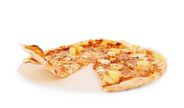 Pizza hawajska na pergaminie na białej fiona
