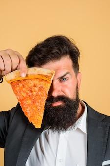 Pizza margarita brodaty mężczyzna trzymaj kawałek pizzy fastfood brodaty mężczyzna je pizzę mężczyzna jedz pizzę