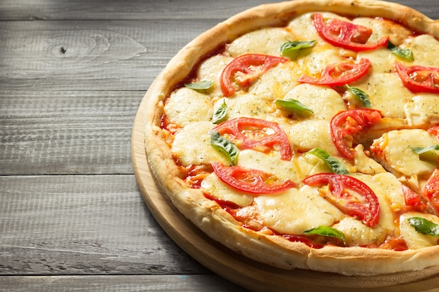 Pizza margarita na drewnianym stole