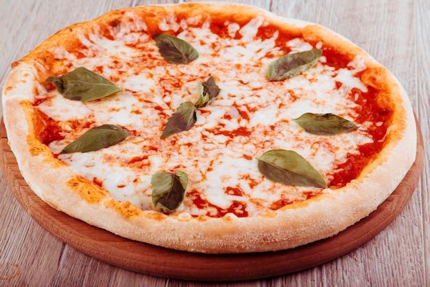 Pizza margarita na drewnianym tle widok z góry