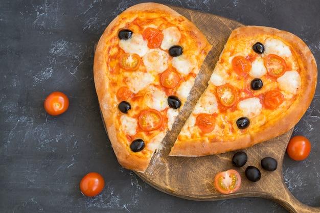 Pizza margarita w kształcie serca na walentynki.