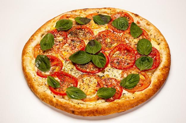 Pizza margherita na białym tle