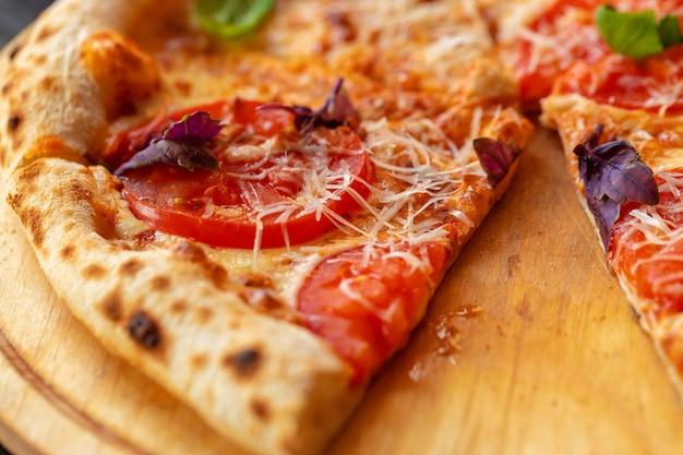 Pizza margherita na drewnianej desce z bliska