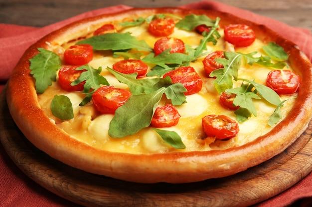 Pizza margherita z rukolą