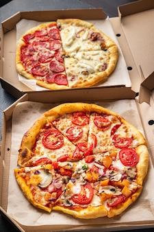 Pizza mix różne rodzaje pizzy w pudełku świeże fast foody gotowe do spożycia przekąski na stole