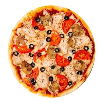 Pizza na białym tle z kurczaka z pieczarkami