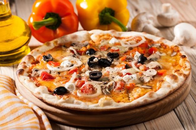 Pizza na desce do krojenia