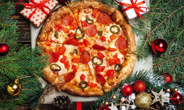 Pizza na drewnianym stole ze składnikami