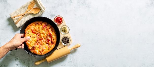 Pizza na patelni świeża surowa pizza z pieczarkami pomidorkami koktajlowymi